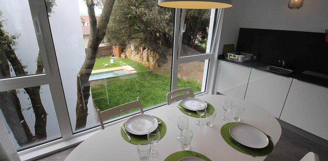 Mesa con vistas al jardín del Estudio Norte